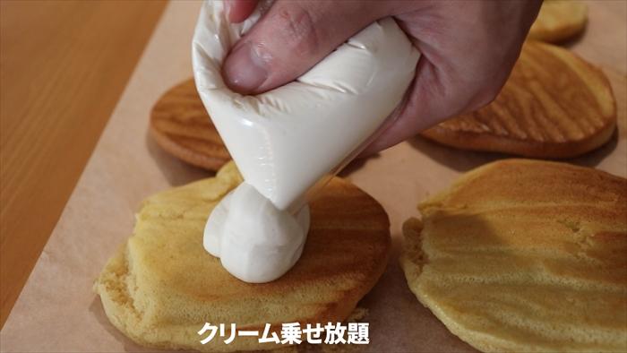 焼き上がった生地にクリームを挟む